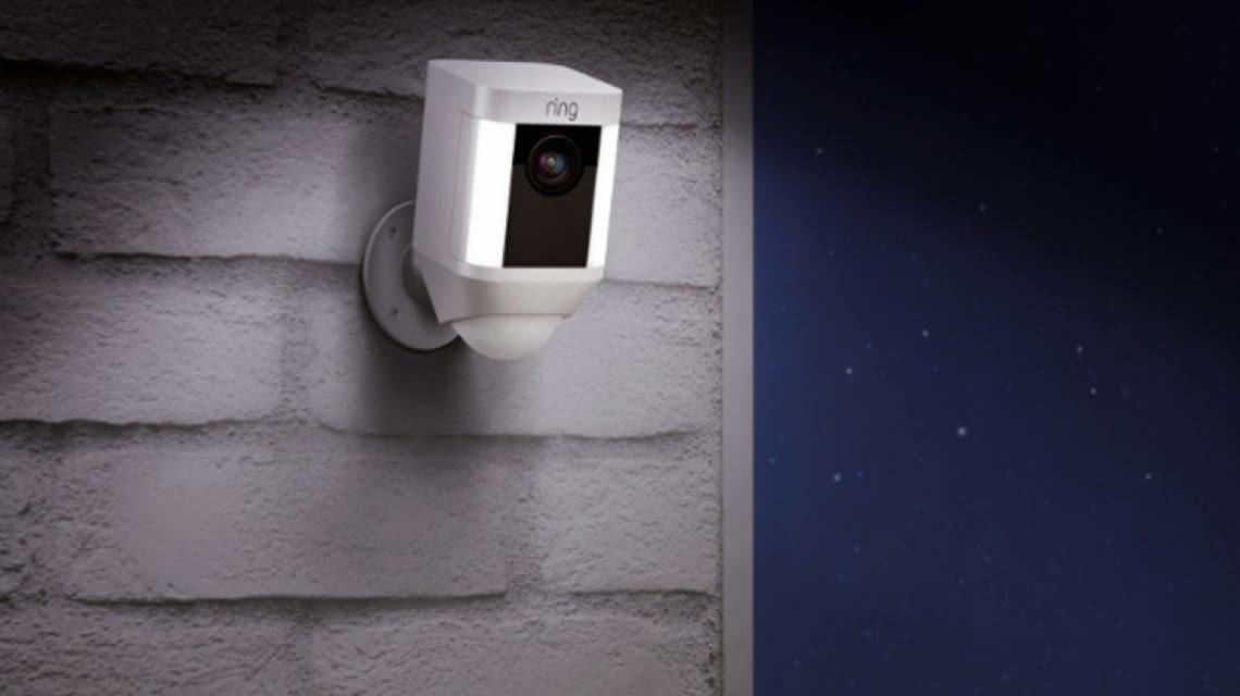 ring spotlight cam verkabelt mit akku oder solarbetrieben. Black Bedroom Furniture Sets. Home Design Ideas