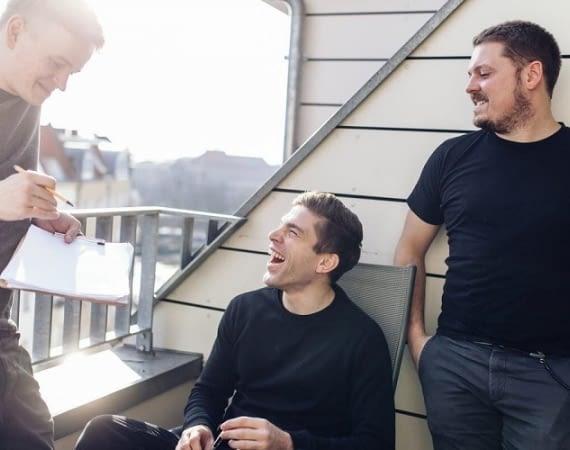 Senic-Gründer Felix Christmann, Tobias Eichenwald und Philip Michaelides beim entdigitalisierten Brainstormen