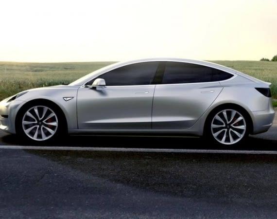 Bereits ein Jahr vor Auslieferung soll die Produktion für das neue Tesla Model 3 nicht der überbordenden Nachfrage entsprechen