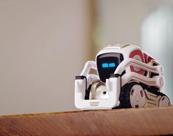 Der Spielroboter von Anki bemerkt, wann er besser nicht weiter rollen sollte