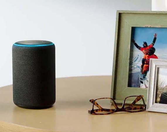 Amazon hat sich bei seiner KI Alexa für eine weibliche Stimme entschieden. Eine Alexander-Stimme lässt auf sich warten
