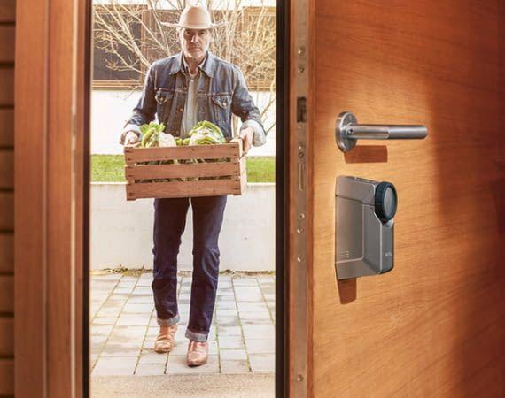 Das HomeTec Pro Schließsystem lässt sich klemmen, kleben oder schrauben