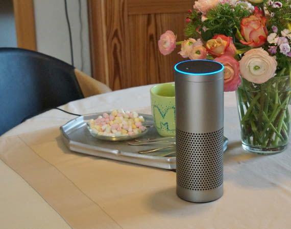 Amazon Echo Plus sieht schlicht aus, beherbergt aber einen Smart Home-Hub