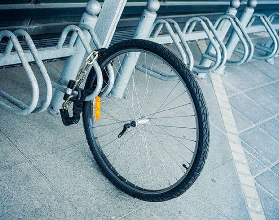 Diesen Anblick fürchten die meisten Radbesitzer: Das Fahrrad ist gestohlen, übrig bleiben ein Reifen und ein Schloss