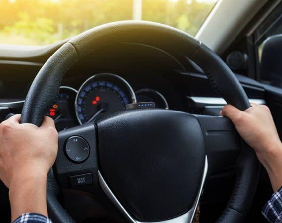 Der CarFit Sensor am Lenkrad misst die Vibrationswellen des Autos und erkennt technische Probleme
