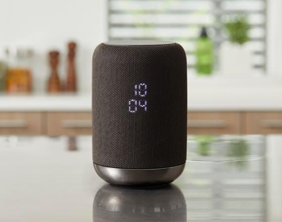 Dieser smarte Lautsprecher kommuniziert über Google Assistant