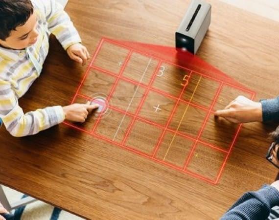 Für den multimedialen Spieleabend projiziert Sonys Xperia Touch Spiele auf die Tischplatte