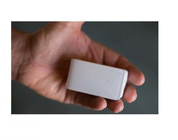 Zuli Smartplug in der Hand - Größenvergleich