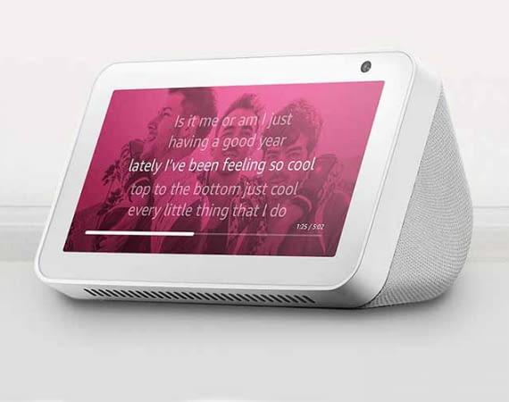 Mit einem Amazon Echo Show kann man sich viele Song-Texte in einer Art Karaoke-Modus anzeigen lassen
