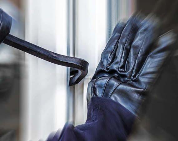 Ist die Terrassentür nicht gesichert, haben Einbrecher meistens leichtes Spiel