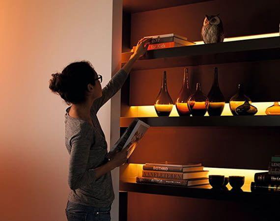 LightStrips setzen Möbel und Lieblingsobjekte durch indirekte Beleuchtung stimmungsvoll in Szene
