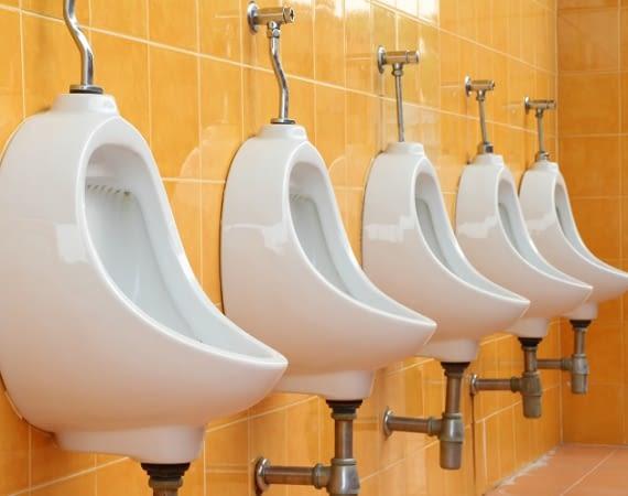 Die Challenge am Urinal: Bei pee.win gewinnen zielsichere Langpinkler