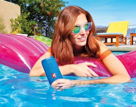 Der Bluetooth-Lautsprecher JBL Flip 4 fühlt sich auch kürzere Zeit im Wasser wohl