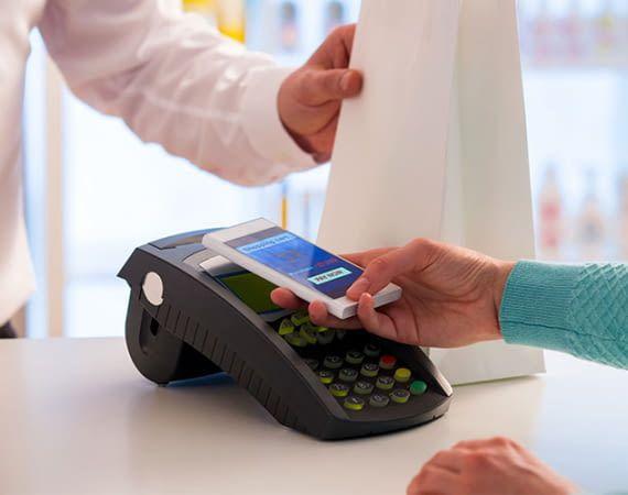 Wer ein Smartphone mit NFC-TEchnologie besitzt, kann mit Google Pay bequem bezahlen