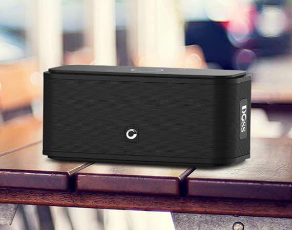Der Bluetooth-Lautsprecher DOSS SoundBox hat eine moderne Optik und ist besonders günstig