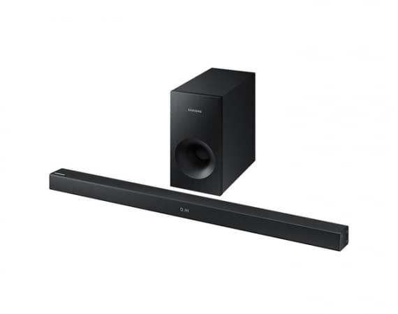 Die Samsung HW-K335/ZG Soundbar wird mit einem kabelgebundenen Subwoofer geliefert