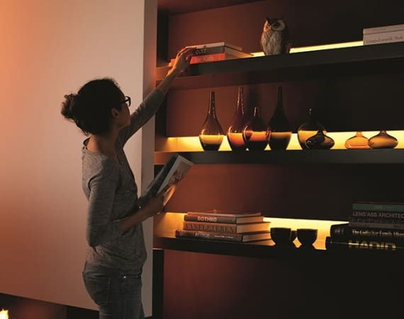 Philips Hue LightStrip Plus lässt sich sogar in Möbeln integrieren
