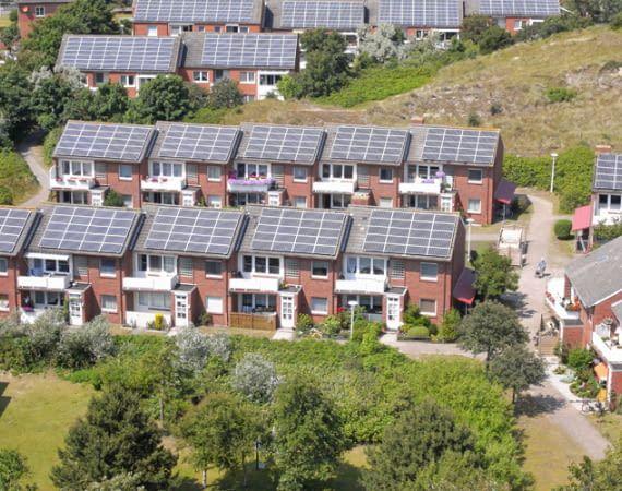 Photovoltaik-Anlagen auf möglichst vielen Dächern sollen die Umwelt entlasten