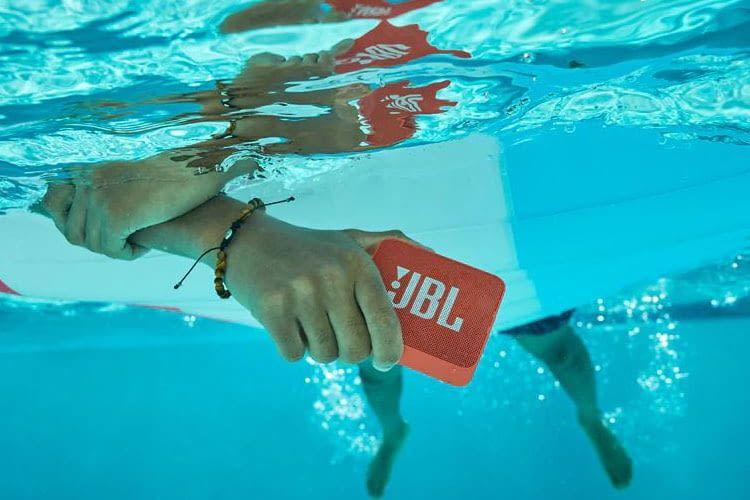 Der kleine Bluetooth Lautsprecher JBL GO 2 ist wasserfest und besteht kurze Tauchgänge ohne Schäden