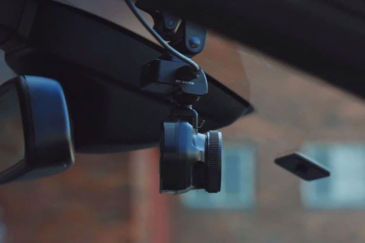Die TrueCam A7s können Nutzer entweder per Saugnapf oder mit Klebepad befestigen