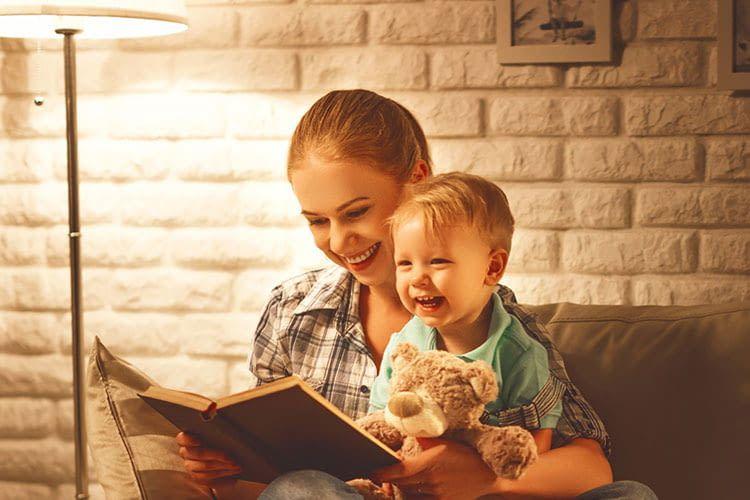 Die warmweiße eufy Lumos WLAN LED Leuchte bietet die richtigen Lichtverhältnisse zum Lesen