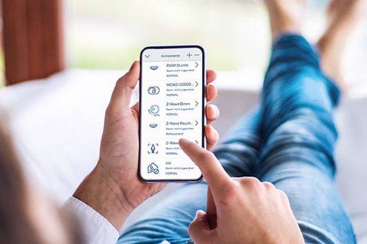 Das ABUS Z-Wave Gateway wird über Smartphone bedient und ist das Herz des ABUS Smart Home Systems