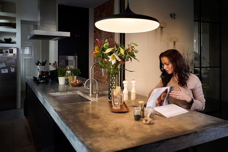 deckenleuchte philips hue white ambiance cher gl nzt von oben. Black Bedroom Furniture Sets. Home Design Ideas
