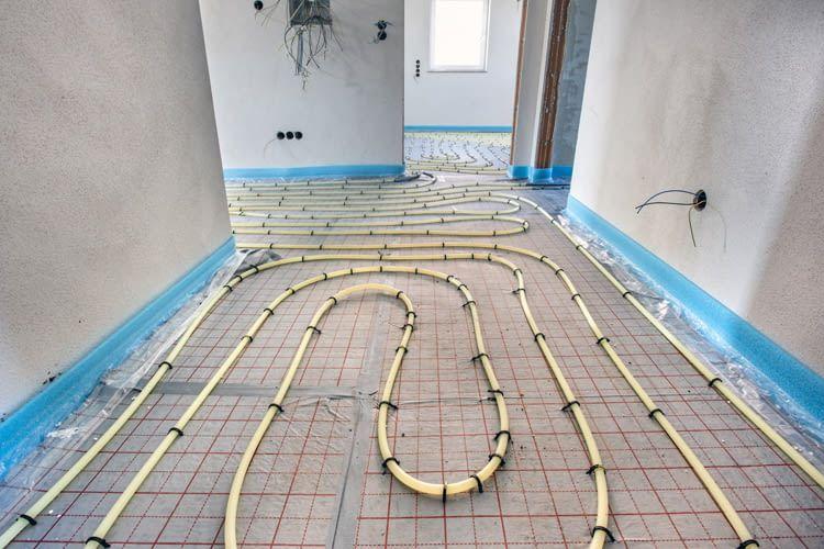 Mit einer Fußbodenheizung lassen sich sperrige Heizkörper an der Wand einsparen