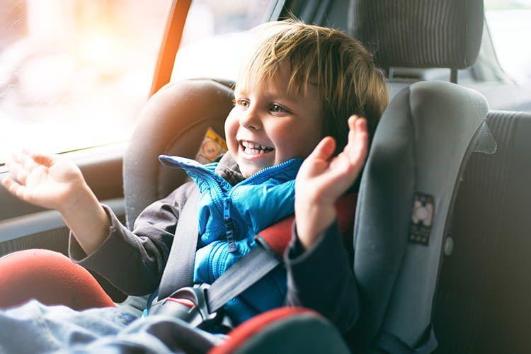 Damit die Kleinen sicher sitzen, müssen die Großen sich um den richtigen Kindersitz kümmern