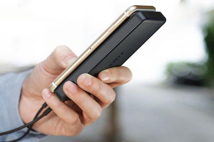 Die Grundfläche der Anker PowerCore II Slim Powerbank entspricht der eines Smartphones