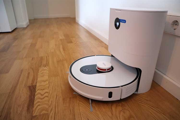Der Saugroboter Roidmi EVE Plus ist eine günstige Lösung und bietet eine Absaugstation mit LED-Anzeige