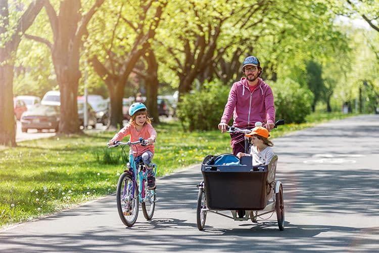 Insbesondere für Familien mit Kindern eignen sich Lastenfahrräder als umweltschonendes, flexibles Fortbewegungsmittel
