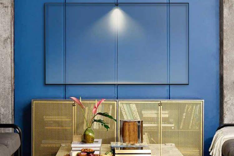 55 Zoll Premium TV Samsung Q60R mit QLED und Ambient Technologie, bei der sich der TV dem Wohnzimmer anpasst