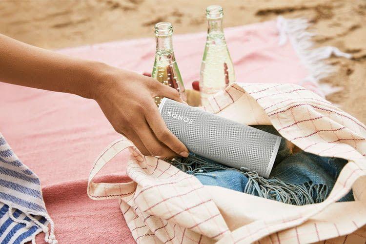Der Sonos Roam WLAN-Lautsprecher ist dank Bluetooth-Unterstützung und Akku auch flexibel einsetzbar