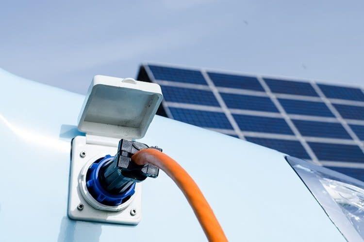 Das Elektroauto mit Solarstrom laden - Umwelt schonen und Kosten senken
