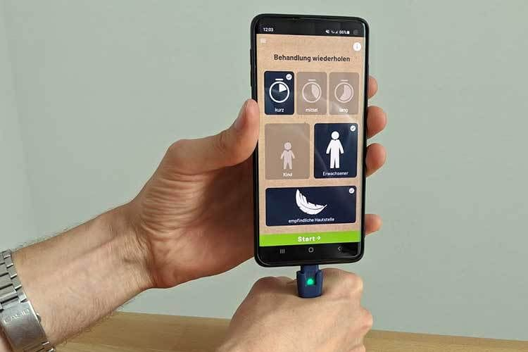 heat_it erwärmt sich über die Energie des Smartphones und lindert Stiche
