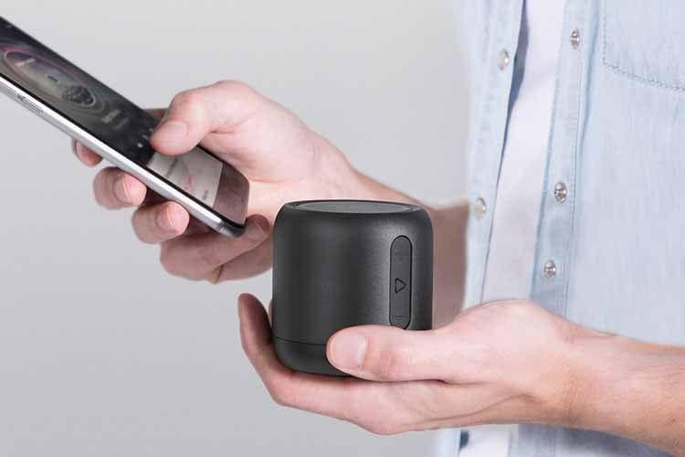 ANKER Soundcore Mini passt in eine Hand und lässt sich damit so gut wie überall hin mitnehmen