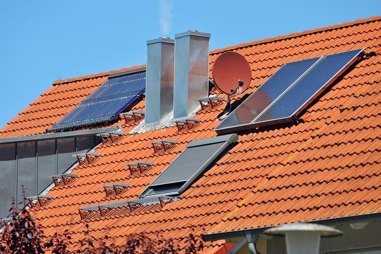 Solarthermie wandelt regenerative Energie der Sonneneinstrahlung in nutzbare Wärme um