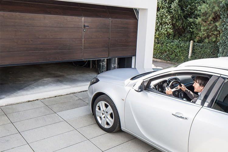 Wer einen automatischen Antrieb besitzt, muss nie wieder zum Tor öffnen aussteigen