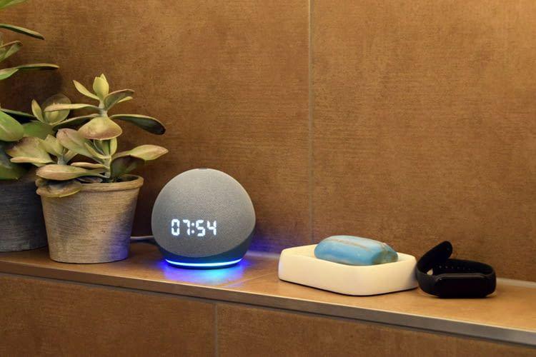 Alexa Geräte, wie hier Echo Dot 4, sorgen für maximalen Komfort im Smart Home