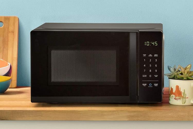 Das als AmazonBasics Microwave vorgestellte Modell hat eine spezielle Alexa-Taste