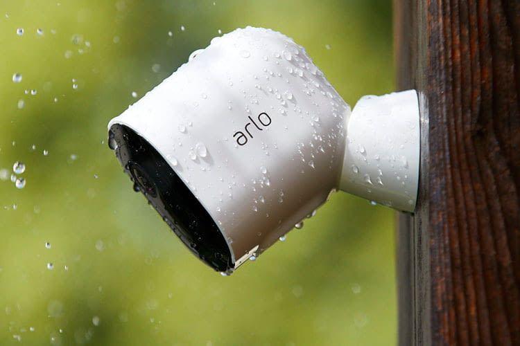 Die Arlo Pro 3 Überwachungskamera ist wetterbeständig und daher für den Außeneinsatz geeignet