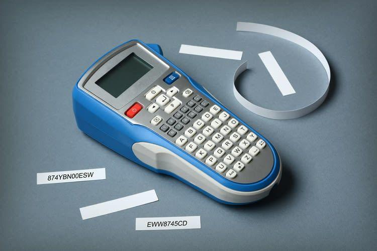 Mit einem Etikettendrucker sind z.B. Werkzeugkisten oder Gewürzbehälter beschriftbar
