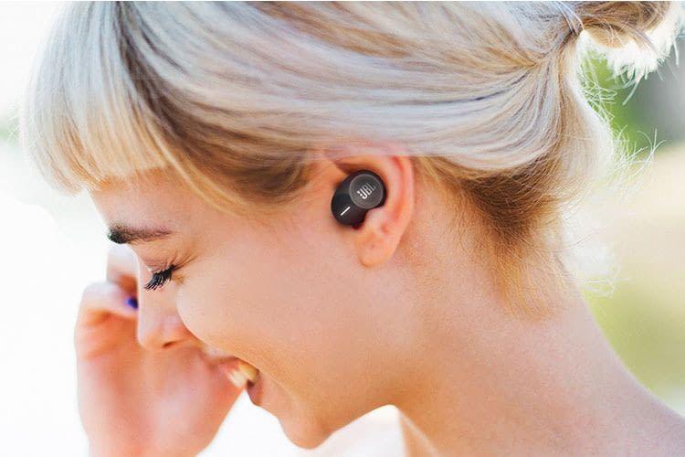 Die JBL Kopfhörer TUNE 120TWS sitzen gut im Ohr und sind mit Silikonaufsätzen individuell anpassbar