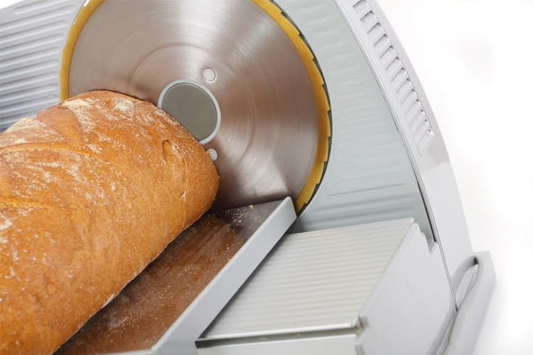 Ein Allesschneider sorgt für gleichmäßige Wurst-, Brot- oder Käsescheiben
