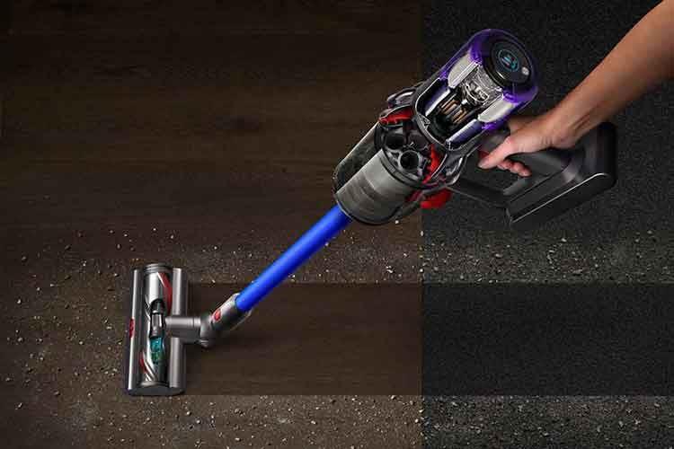 Der Akkusauger Dyson V11 Absolute Pro kommt mit Kombibürste für Hartböden und Teppiche
