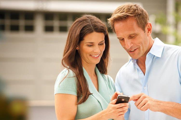 Mithilfe von smarten Garagensteuerungen lässt sich das Garagentor per Smartphone oder Sprachsteuerung kontrollieren