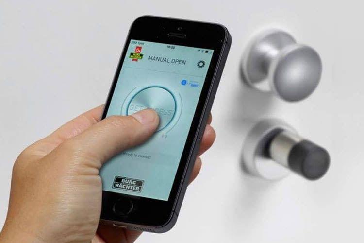 Anstelle eines Schlüssels öffnen Nutzer mit dem secuENTRY 5702 Türschloss per Smartphone die Tür