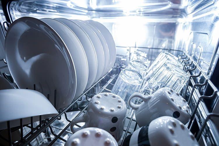 In Spülmaschinen steckt viel Technologie. Mittlerweile sind auch Smart Home-Funktionen für Geschirrspüler Realität
