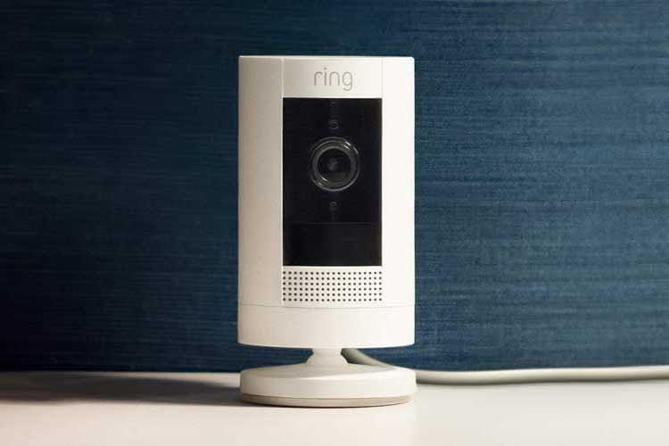 Mit der Ring Stick Up Cam Plug-In können Nutzer günstig die Sicherheit von ihrem zu Hause erhöhen